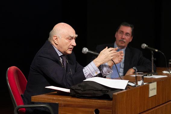 O conferencista Gelson Fonseca em destaque e, ao fundo, o Acadêmico Merval Pereira